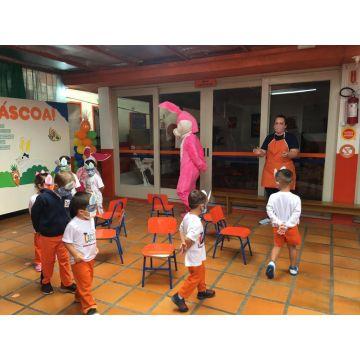 Xodozinhos se divertem com as brincadeiras do Coelhinho da Páscoa!
