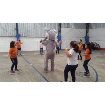 Matutino - Um coelhinho da Páscoa muito sapeca divertiu a criançada com muitas brincadeiras!