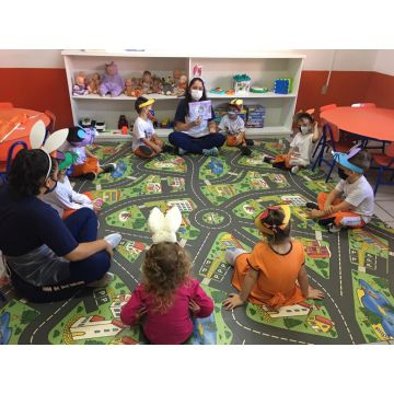 Infantil 3 -  Ouvindo a história do significado da Páscoa